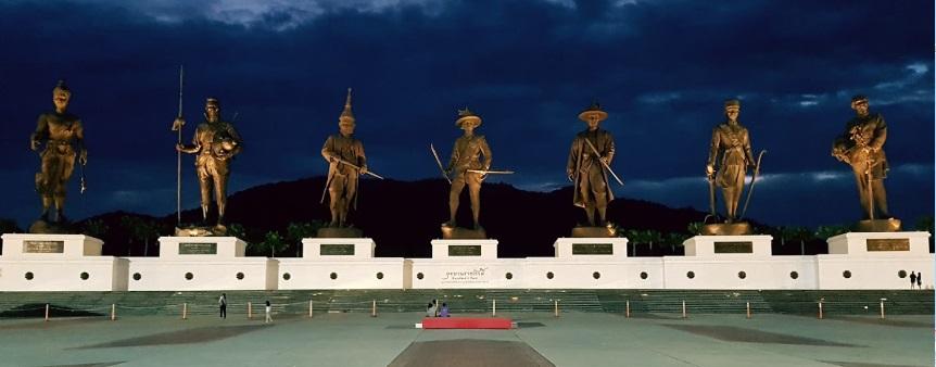 タイ観光 7人の王様像 Rajabhakti Park 圧倒的な大きさで偉大なる王様たち